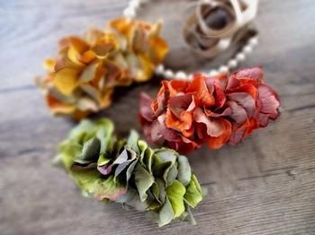 紅葉を思わせるようなこっくりとした色合いのバナナクリップ。花弁は滑らかなスエードのようなシックな質感です。