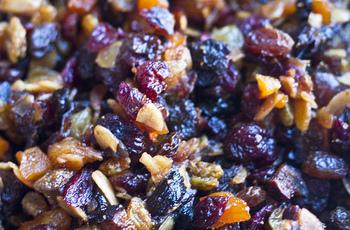 フルーツの種類を増やすとぐっとカラフルに。 ただしミックスフルーツはシュガーコーティング済みのものが多く、溶けだした砂糖でどろっとしてしまうことも。 オイルコーティングと同様に下処理することをおすすめします。