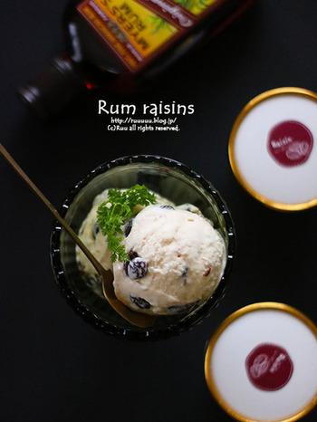 アイスクリームに添えれば、大人のデザートに。 バニラアイスに混ぜ込めば、ラム風味のアイスクリームになります。