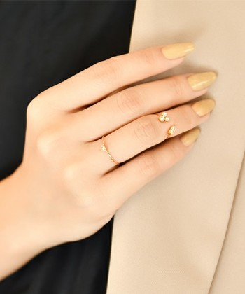 デザインされた指輪でも、なるべくシンプルなものを重ねづけしましょう。