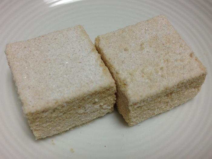 越路の山々に降り積もる雪を表現した『越乃雪』は、まるで新雪のように、サクサクとホロホロと崩れます。  口に含むと瞬く間に溶け、和三盆糖の上品な甘みと、穀物のじんわりとした甘さと香りが広がります。  和三盆糖は、創業230年の命脈を保つ四国・徳島の「岡田製糖所」のもの。糯米は『越乃雪』専用に加工したもので、一度炊いてから天日干ししています。