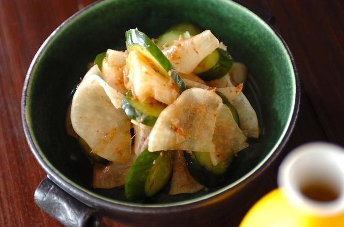 ぬか漬けを使ったお料理も、新鮮なおいしさ!こちらは、大根の薄切りを塩もみしたものに、きゅうりのぬか漬けをプラス。サクサク、コリコリと歯応えも心地いいさっぱり和え物です。