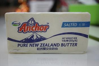 バターに練り込んで、かたちを整えて冷やし固めるだけで、ラム香るフルーツバターができます。 クリームチーズを混ぜ込んでもおいしくいただけます♪