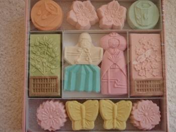 """不昧公は、""""茶人大名""""として知られた出雲松江藩の藩主。藩の財政を立て直す一方で、美術品を愛好し、料理や書道、また作庭等など諸般に通じ、特に茶道は自流の「不昧流」を起こすほどの才人でした。  茶の添え菓子として和菓子作りも奨励したため、松江には茶の湯文化が根付くばかりでなく、和菓子作りも盛んになりました。  不昧公は、茶会に用いた和菓子を記録に残していますが、その幾つかは""""不昧公御好""""と呼ばれ、現在でも松江を代表する菓子として多くの人々に親しまれています。  「山川」は、大正時代に風流堂が復刻したものです。困難を極めて製法を研究し、復刻後はその技術を他の菓子屋に広く伝えています。"""