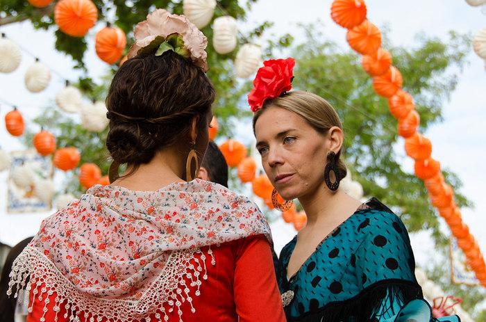 スペインの民族衣装といえばフラメンコに使われるダンス衣装ですが、こちらはスペイン国内でも一番ゴージャスなバレンシアの民族衣装。「火祭り」というお祭りの時に身につけます。