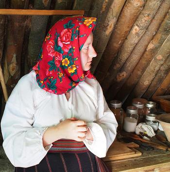 カナダの開拓者たちが身に着けていたウクライナの民族衣装。その特徴は華やかな花柄のスカーフを頭に被ることです。