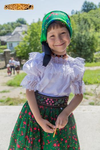 ルーマニアの民族衣装は美しいレースのブラウスと華やかな花柄のスカーフ×スカートがとても可愛らしい♡