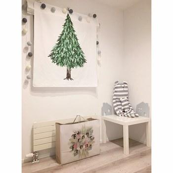 クリスマスツリーのタペストリーなら、場所をとらずにクリスマスらしさを楽しむことができますね。大切な人へのプレゼントを下に置いておけば、気分も盛り上がります。