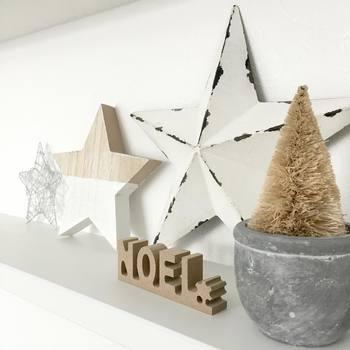 ベージュとホワイトで作り上げたナチュラルなクリスマスインテリア。タイプの違うお星さまを三つ飾って、リズミカルな雰囲気になりました。