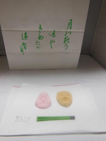 本物の能面を元に型が作られたという『花面』は、創業天保二年(1831年)の老舗「長久堂」の落雁です。  京都の粋な手土産としても知られる『花面』は、箱を開けた途端にため息が出てくるほどの美しさ。  能面それぞれの材料は異なり、味わいも穀物や豆の風味がよく出ています。 「翁」/ 大豆,「乙羽御前」/ 空豆, 「小面」/ 和三盆「福の神」/ 「抹茶嘯吹(うそふき)」/ 玄米。
