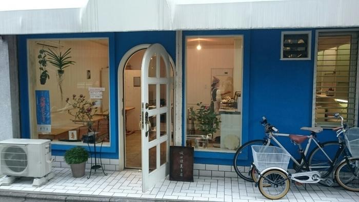 北野天満宮のほど近く、京都市バス「バス停上七軒」すぐのところにある坂田焼菓子店。青い壁が目印のお店です。