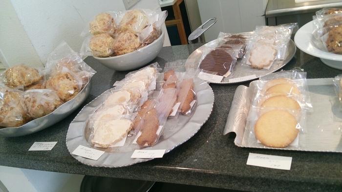 店内には焼き菓子がずらり。 どれも厳選した自然素材を使用して丁寧に作られています。