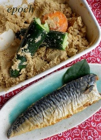 塩サバなどの魚は、ぬか漬けにするとまた別のおいしさになります!塩サバにぬかを塗ってポリ袋に入れて漬け込み、ぬかを付けたまま焼きます。ぬかは、皮目より身の方にたっぷり塗るといいようです。
