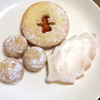 木の葉形の「ジンジャー」は甘さを控えた生地にジンジャーアイシングをかけた、ちょっぴり大人なクッキー。 「スノーボール」は、コクのあるピーカンナッツの風味がお口じゅうに広がります。