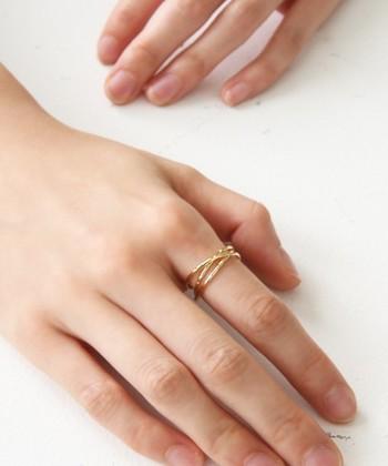 細い同じタイプの指輪を重ねづけ。 ポイントはひとつにまとめないこと。 そうすることで指元に動きが生まれますね!