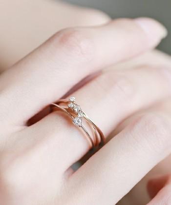 贅沢にダイヤの指輪を重ねづけ。 重ねづけすることで指元がより贅沢に華やぎますね。