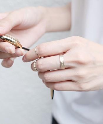 いつもの指輪。重ねづけ上手になって、印象的な手元に。