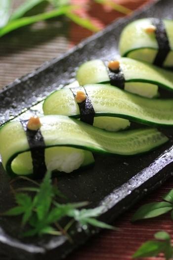 きゅうりのぬか漬けを縦にスライスして、こんなおしゃれなお寿司に♪超シンプルな材料ですが、おもてなしのお膳にも出せる贅沢な一品になりますね。