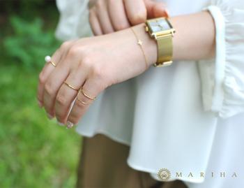 指輪に合わせて時計もゴールドにするとコーディネートもランクアップ。