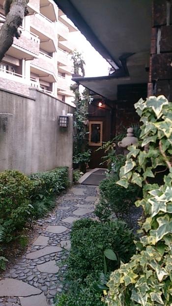 純和風のお庭から続く、素敵な入り口。パッと見るだけだとお菓子屋さんには思えない外観。 知る人ぞ知る、という感じでわくわくしてしまいますね。