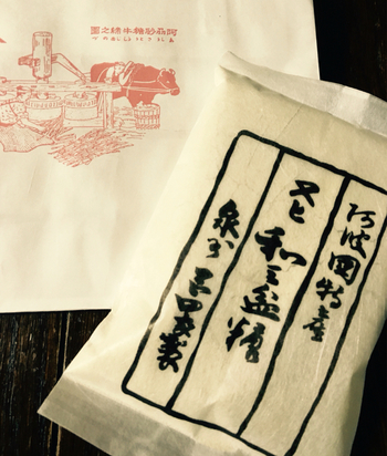 徳島県の特産品としても知られる和三盆糖。今もほとんどが手作業で作業されています。砂糖とは一味違った風味を楽しめるため、コーヒーや紅茶にそのまま入れる人も増えているのだそう。