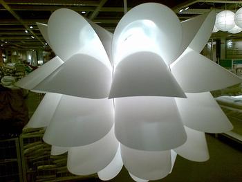 こちらはまさに北欧らしいデザイン。優しい光のムードランプで寝室にぴったりです。