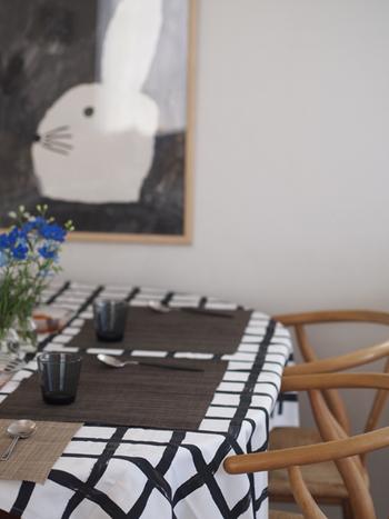 ファブリックを150cm四方にカットし、テーブルにかけて。シンプルなクロスはランチョンマットとの組み合わせも楽しめます。布をカットするだけなのでいろんな柄を揃えたいですね。