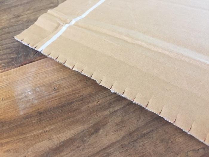 《作り方》 ダンボールの両端に1cm間隔で印をつけ、左右均等になるようハサミでカットする。