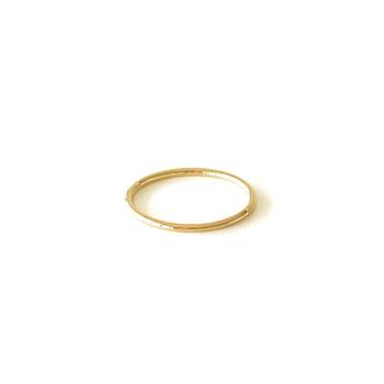 イエローゴールドの輝きが美しい「願い事のリング」。デザインはシンプルで控えめな印象。他のリングと重ねづけを楽しめます。