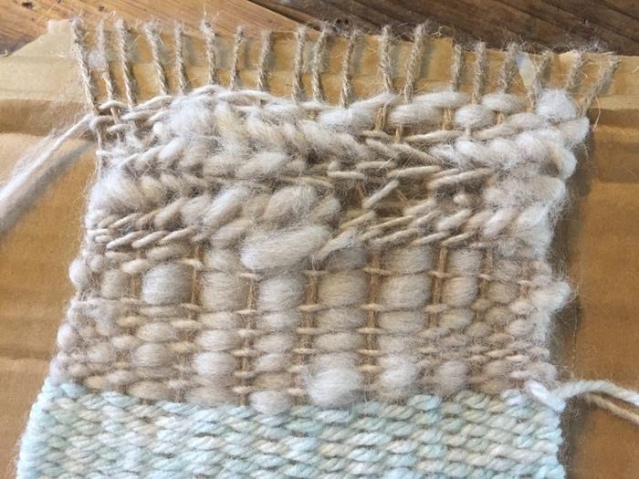 途中で毛糸を変えたり編み方を変えたりすると、ニュアンスのある仕上がりに。
