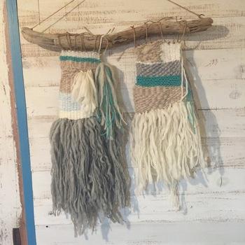 途中で立体的な毛糸の飾りをプラスしても◎最後に糸をカットし、固結びすれば完成!