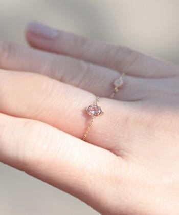 綺麗な石がついている指輪を並べて。 違った色の石を数個つけると手元が華やかに。