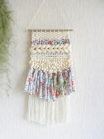 毛糸とハギレなど異素材を組み合わせたウィービング。シンプルなホワイトに花柄が映えますね!