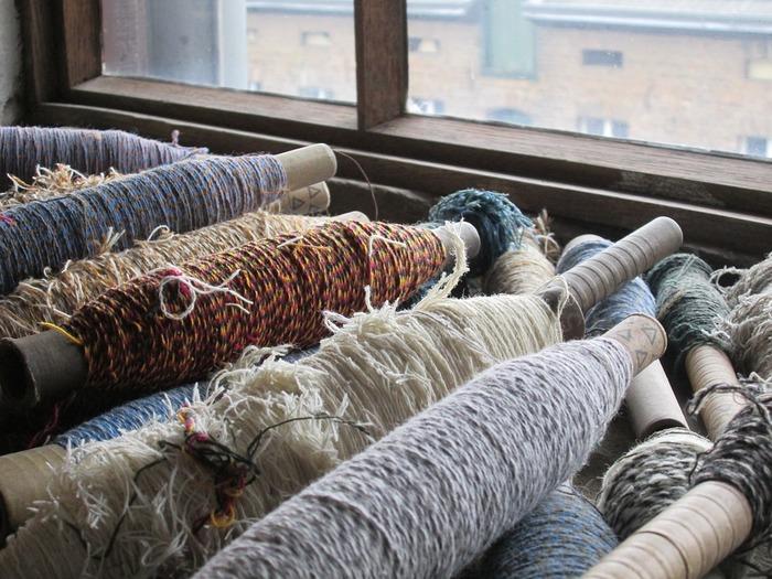 毛糸の色や太さ、切り裂いた布を使っても表情が変わってきます。