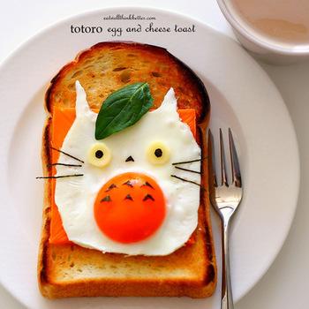 朝から元気がわいてきそうな、トトロの目玉焼きトースト。アルミホイルでトトロの形を作ったら卵を流し込むだけなので、忙しい朝でも大丈夫です!!
