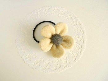 素材をカシミヤとウールにすると、優しく柔らかい印象に。