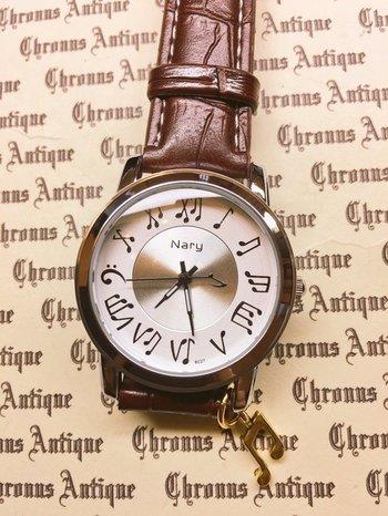 まさに、音楽家のための腕時計!数字がすべて音符で作られている文字盤がとても可愛い、こだわりとセンス溢れる時計です。よく見ると、チクタクと時を刻む秒針の先にも八分音符が♪