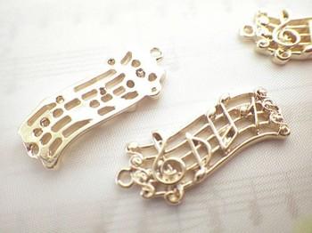 アクセサリーは手作り派の皆さんにもおすすめ!楽譜モチーフのチャームをペンダントトップに使ったり、ストラップに使ったり、手持ちのネックレスにプラスしたり。自分だけのオリジナル作品を作って贈るのも素敵ですね♪