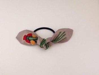刺繍と組み合わせたハンドメイドの温もり溢れる作品。 ずっと大事にしたくなりますね。