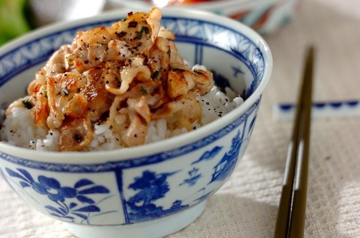 ワケギ(小葱)と黒コショウのスパイスが効いたネギ塩豚の丼ぶりです。シンプルながら味わい深く飽きない美味しさです。