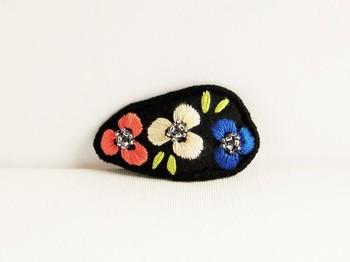 フェルトの飾りを接着したり、刺繍したり、好きなビーズを縫い付けたりといったアレンジを加えれば、さらに可愛らしい仕上がりに。
