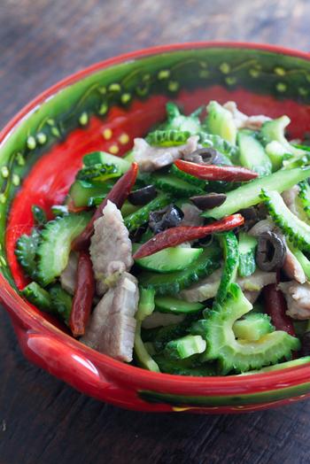 塩豚とゴーヤの炒め物は、ニンニクとオリーブオイル、鷹の爪でイタリアンテイストにしています。