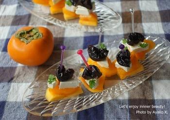 相性の良い柿とクリームチーズに、プルーンを乗せてピックで差しただけ。柿以外の旬の果物でも試してみたい一品です。