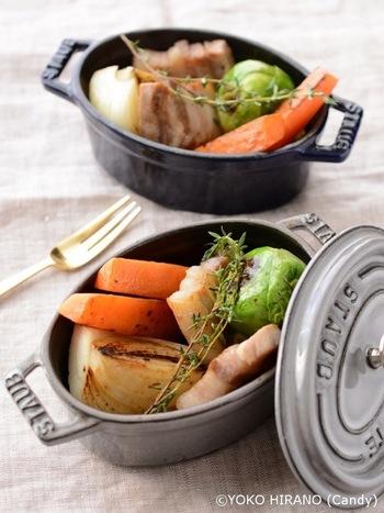 芽キャベツ、たまねぎ、にんじん、豚バラは深めの鍋で良く火が通るまで蒸し焼きにします。ストウブやるクルーゼの小さなキャセロールでおもてなし料理に。素材の味わいを活かしてマスタードでいただきます。