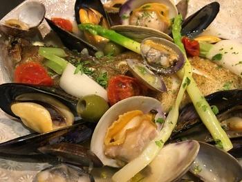 こちらは鮮魚のアクアパッツァ。新鮮な食材をぜいたくに味わえる、ぜひ試してほしい逸品です。
