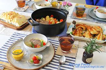ストウブで春野菜(新玉ねぎ、新じゃが、人参、アスパラ、パプリカなど)と一緒に塩豚を蒸し焼きにします。小皿に取り分けて食べる少しゴージャスなお料理です。