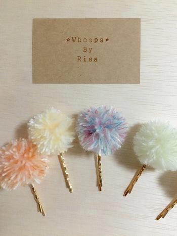 丸くてほわほわな毛糸のポンポンは見ているだけでも癒されるパーツです。小さく作ればヘアピンにも付けられますし、ヘアゴムの飾りにしてもGOODです。