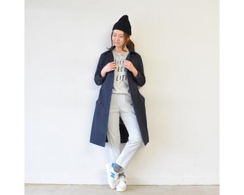 ネイビーのトレンチコートは、ベージュとはまた違った表情に。合わせる服で「きちんと」にも「カジュアル」にも見せてくれます。インナーをワントーンで揃えるとこなれた印象に。