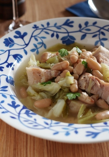 白いんげん豆は缶詰を使って、手軽に。しみじみと美味しい煮込みで心から温まりそう。