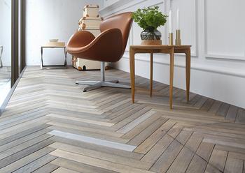 """やや抑え目のトーンの""""ヘリンボーン""""床が家具を引き立て、落ち着いた雰囲気に。"""